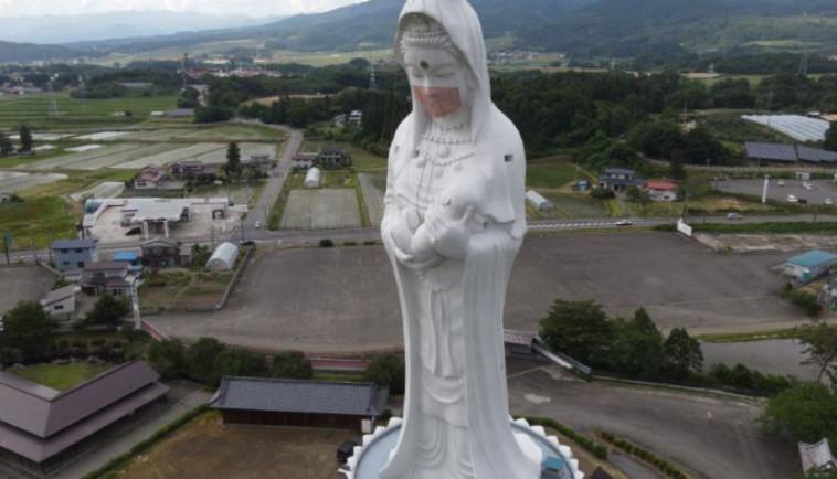 פסל אלת הרחמים עוטה מסכת קורונה (צילום: רויטרס)
