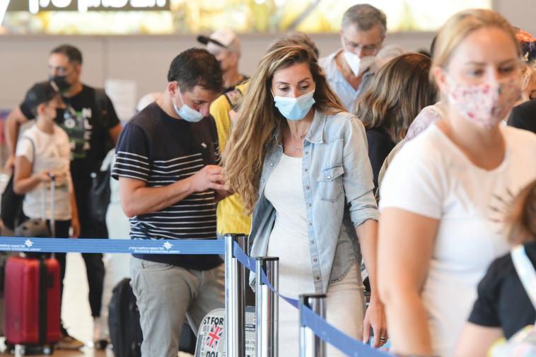אנשים עם מסכות בנתב''ג (צילום: אבשלום ששוני)