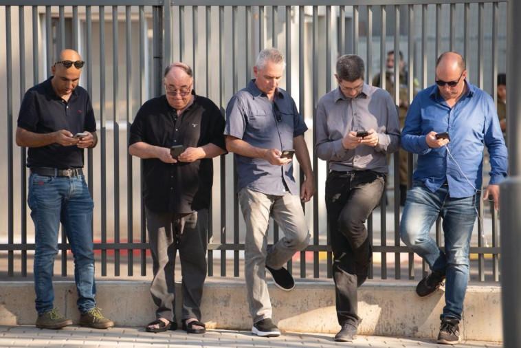 מימין אור הלר, אמיר קורן דובר שר הביטחון, אלון בן דוד, אבי בניהו, אמיר בוחבוט צילום דוצ (צילום: דובר צה''ל)