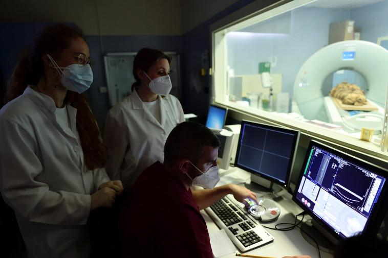 המומיה בבדיקת CT (צילום: רויטרס)
