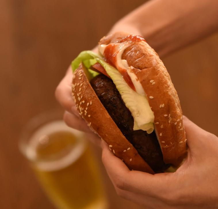 ההמבורגר הטבעוני של מיכלאנג'לו (צילום: יעקב בלומנטל)