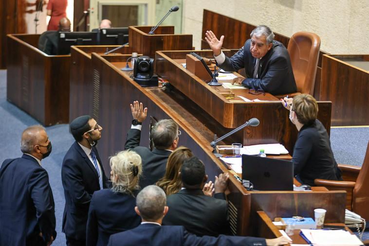 יו''ר הכנסת מיקי לוי מתווכח עם יואב קיש (צילום: דוברות הכנסת, נועם מושקוביץ)