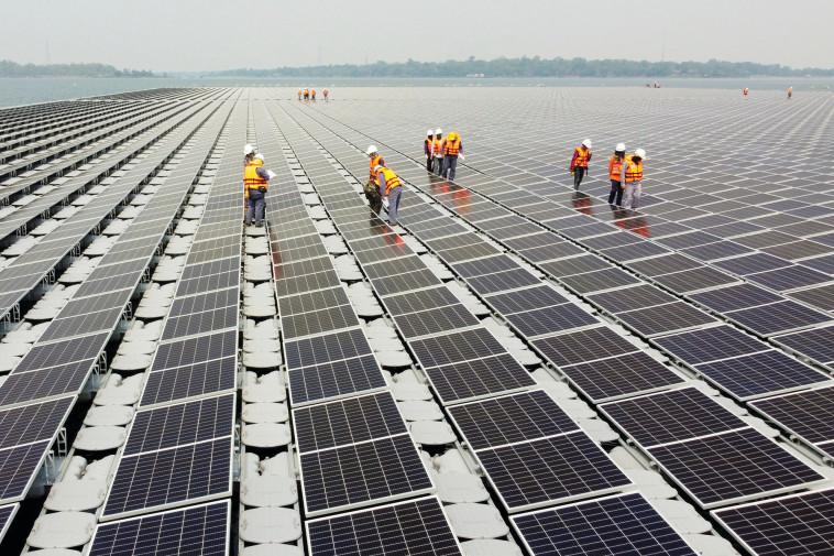 שדה לוחות סולאריים (צילום: רויטרס)