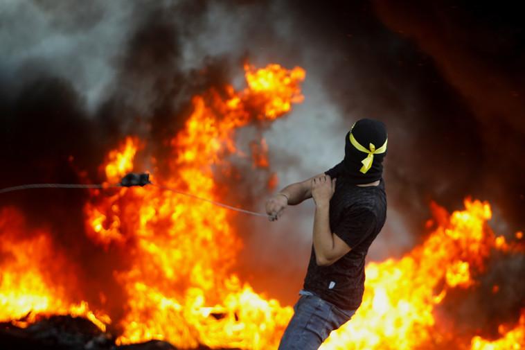 פלסטיני בהפרת סדר בשטחים (צילום: רויטרס)