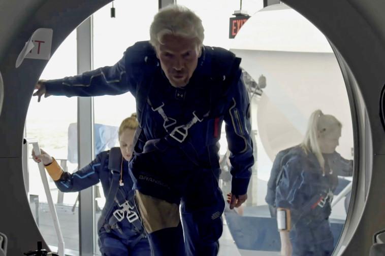 ריצ'רד ברנסון בכניסה לרכב החלל UNITY (צילום: רויטרס)