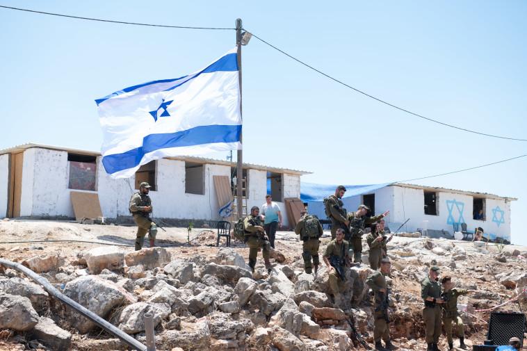 חיילי צה''ל באביתר (צילום: שריה דיאמנט, פלאש 90)