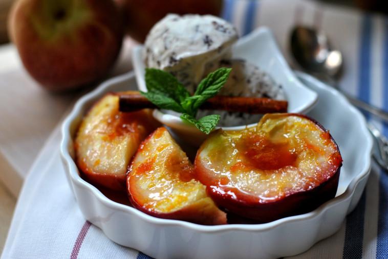 אפרסקים צלויים ומתובלים (צילום: יחצ)