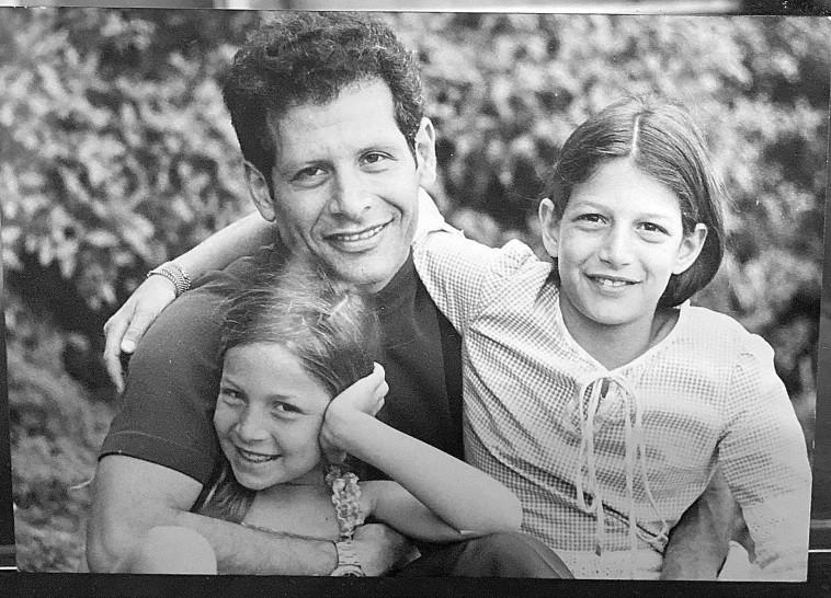 מנחם עיני ושתי בנותיו (צילום: באדיבות המשפחה)