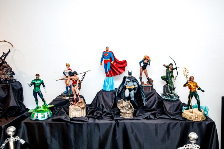 פסלי DC ב''קומיקס קון ישראל'' (צילום: אריק פרייס)