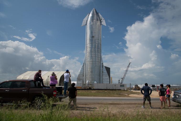 החללית של אילון מאסק (צילום: Loren Elliott)