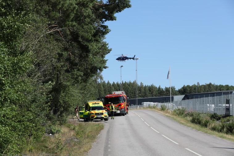 מסוק מעל הכלא  (צילום: Per Karlsson/TT News Agency/via REUTERS)