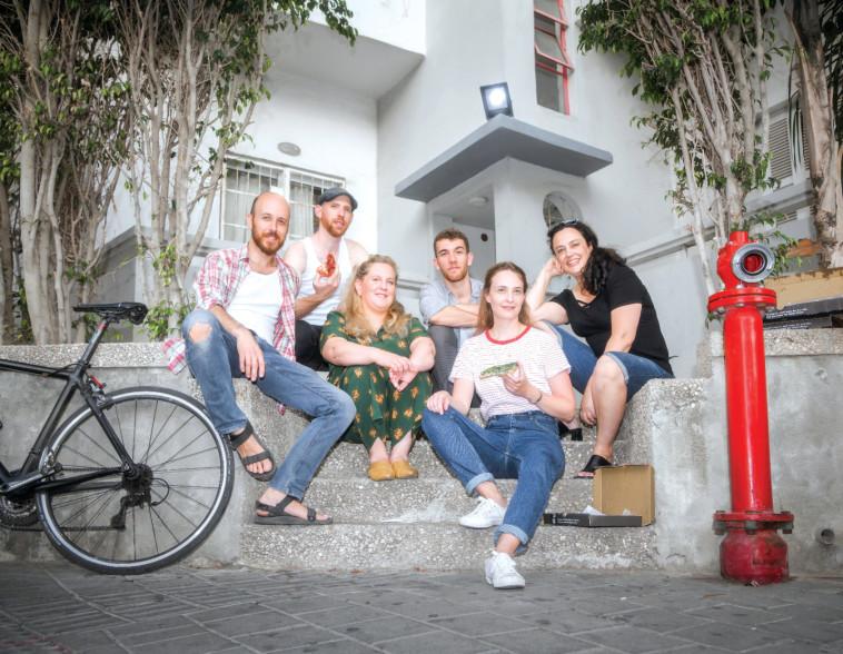 צוות ההצגה ''ביג תוחעס'' מאת חנוך לוין (צילום: פיני סלוק)