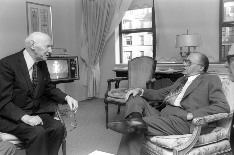 מנחם בגין עם יצחק בשביס-זינגר לאחר זכייתו בפרס נובל, 1978 (צילום: יעקב סער, לע''מ)
