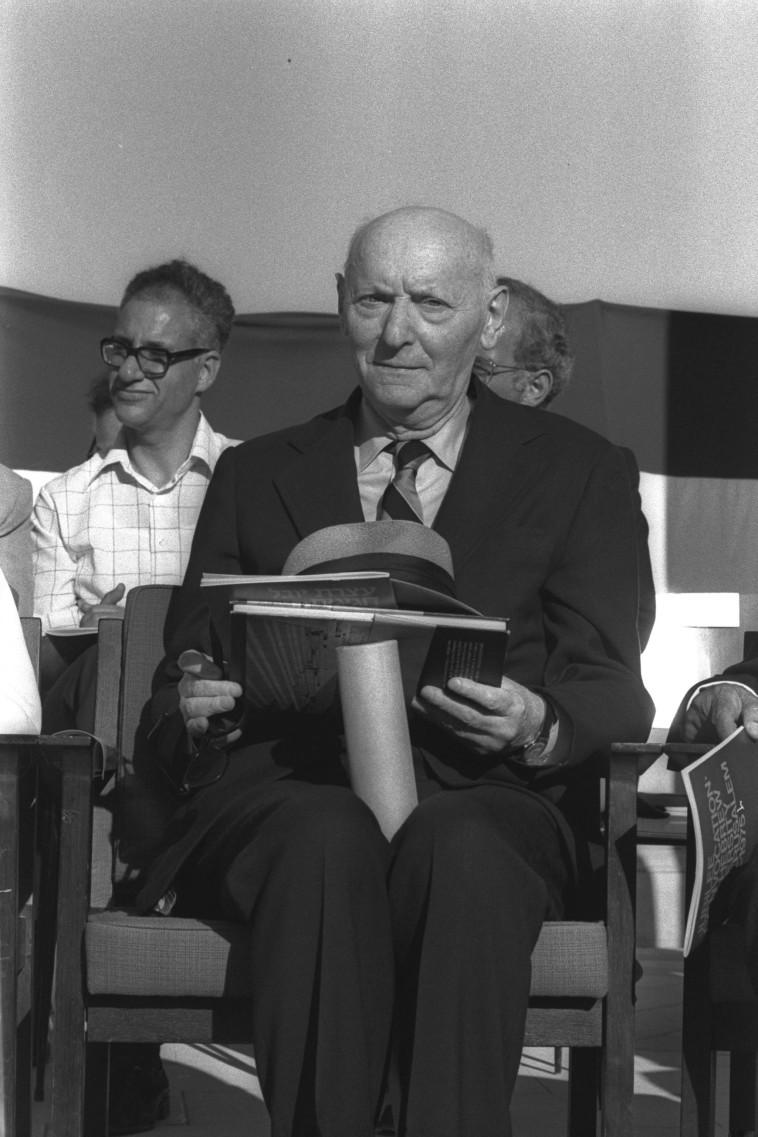 יצחק בשביס-זינגר מקבל תואר כבוד מהאוניברסיטה העברית, 1975 (צילום: משה מילנר, לע''מ)