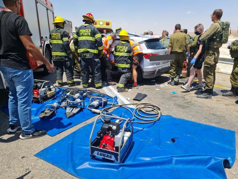 מאמצי החילוץ בתאונה בערבה (צילום: דוברות כבאות והצלה)