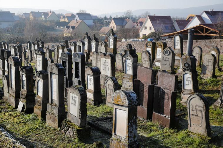 השחתה של בית עלמין יהודי בצרפת (צילום: REUTERS/Arnd Wiegmann)