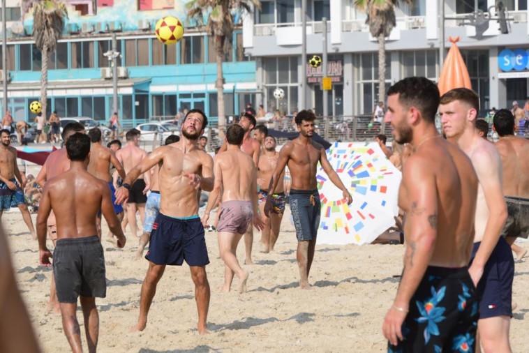 צעירים בחוף הים בתל אביב (צילום: אבשלום ששוני)