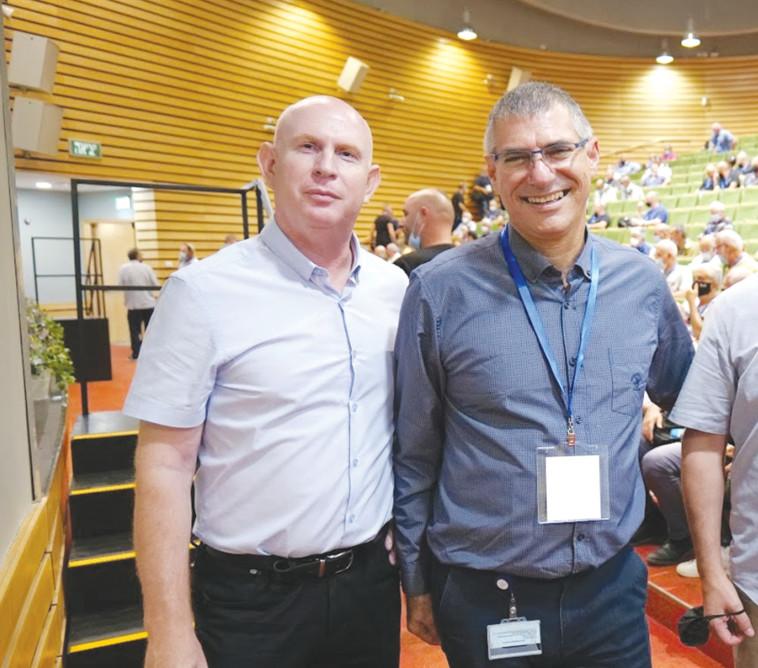 מימין לשמאל ממ מנכל המוסל דר מיקי וינקלר וראש מינהל הבטיחות והבריאות התעסוקתית, מהנדס חזי שוורצמן (צילום: ארקדי בורנשטיין)