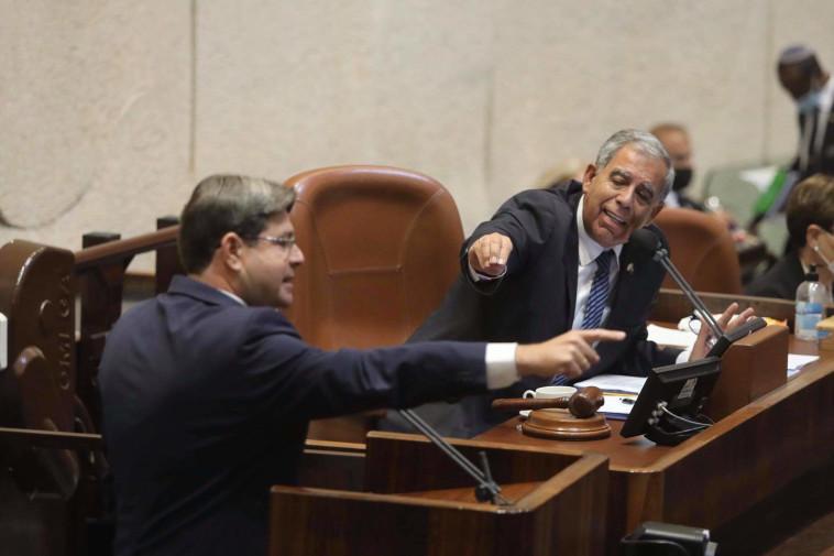 מיקי לוי ואופיר אקוניס במליאת הכנסת (צילום: מרק ישראל סלם)