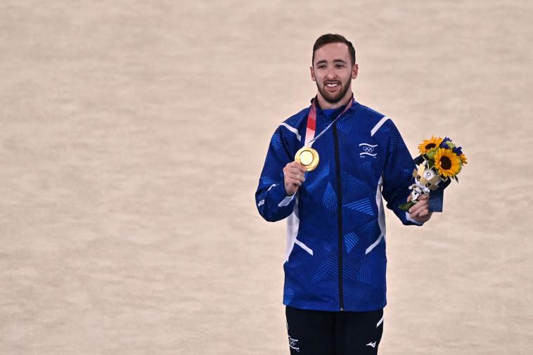 ארטיום דולגופיאט עם המדליה (צילום: JEFF PACHOUD.GettyImages)