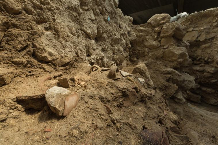 שרידי כלים שהתנפצו ברעידת האדמה (צילום: אליהו ינאי, עיר דוד)