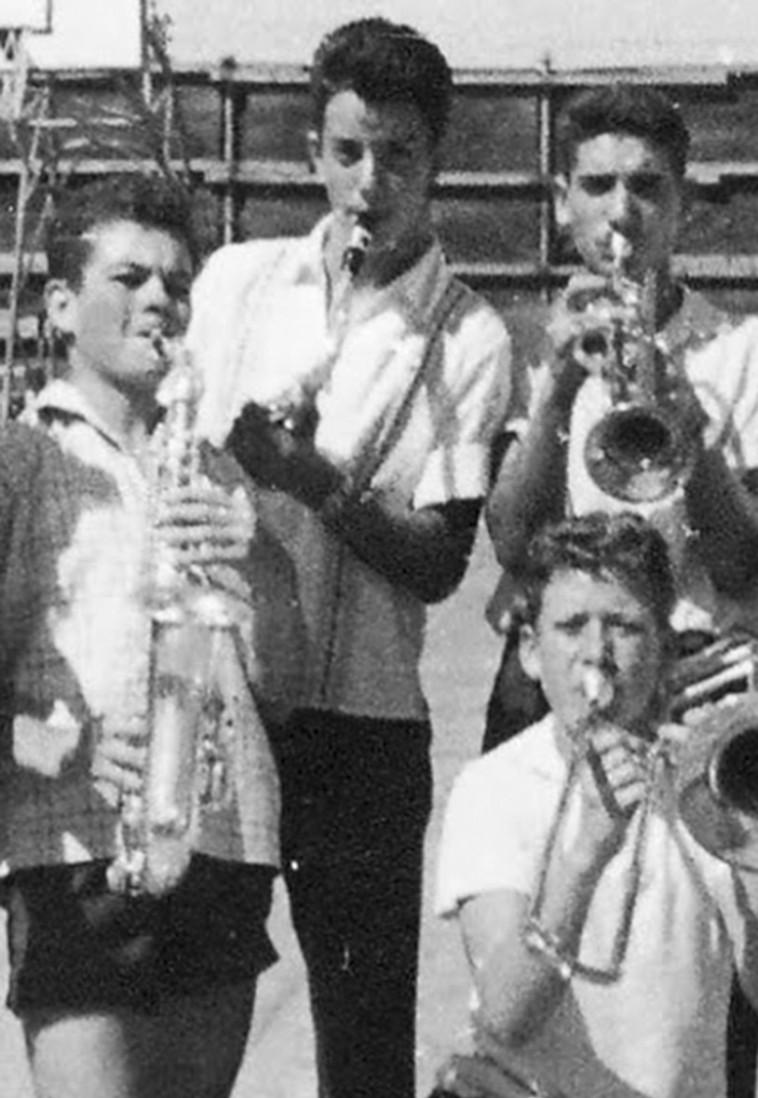 תזמורת כלי נשיפה של תלמידי הר נבו (שיסל יושב מימין) (צילום: ארכיון פרטי, נתן זהבי)