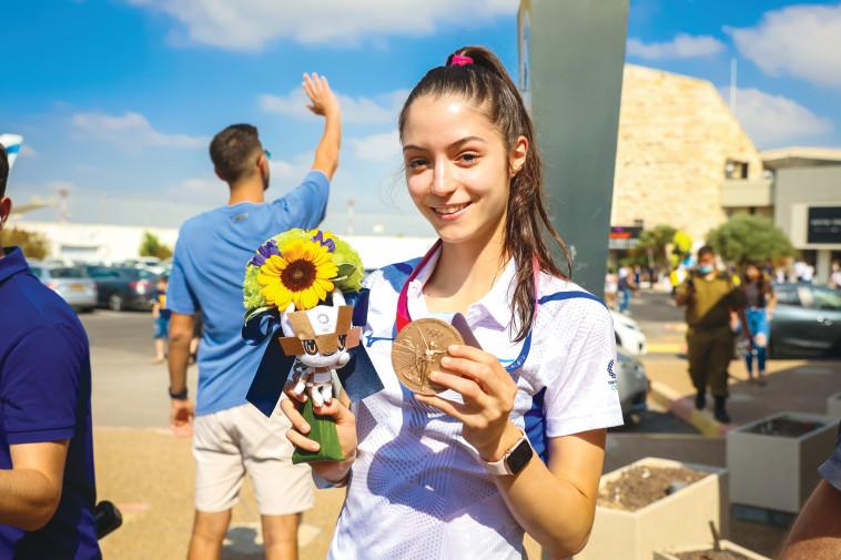 אבישג סמברג והמדליה בקבלת הפנים בישראל (צילום: פלאש 90)
