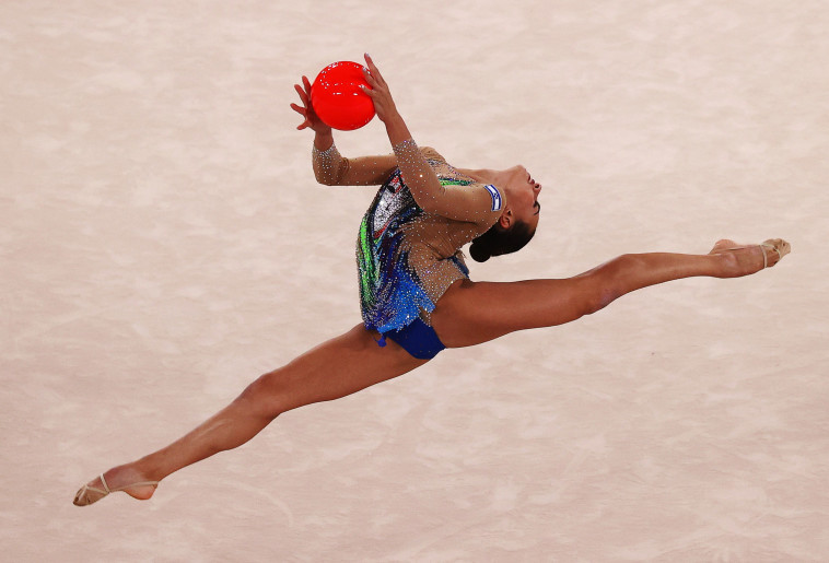לינוי אשרם בתרגיל הכדור באולימפיאדת טוקיו (צילום: REUTERS/Lisi Niesner)