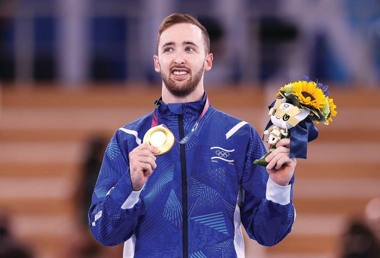 ארטיום דולגופיאט עם מדליית הזהב, אולימפיאת טוקיו 2020 (צילום: Laurence Griffiths, Getty Images)