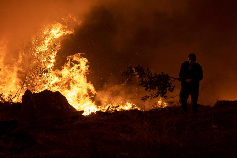 שריפת ענק שפרצה באי איווה ביוון (צילום: REUTERS/Nikolas Economou)