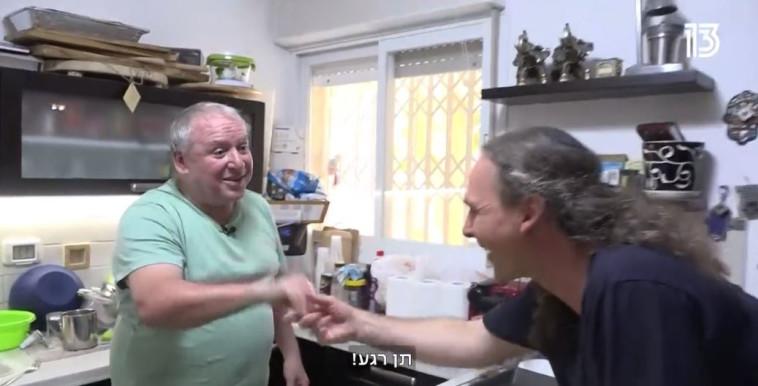 אבישי בן חיים מנשק את ידו של דודי אמסלם (צילום: צילום מסך חדשות 13)