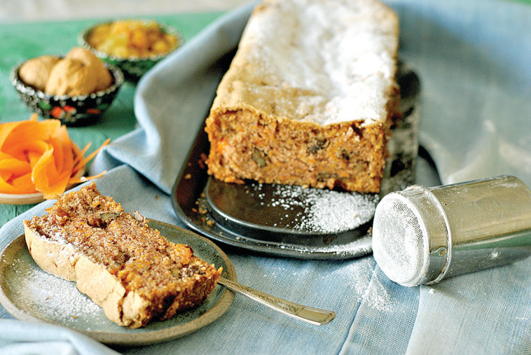 עוגת גזר אמריקאית ללא גלוטן עם אגוזי מלך וצימוקים (צילום: פסקל פרץ-רובין)