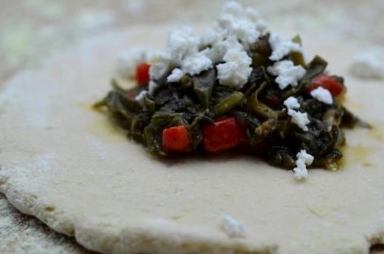 פטאייר, מאפה ערבי במילוי תרד וסומק (שלב הכנה) (צילום: פסקל פרץ-רובין)