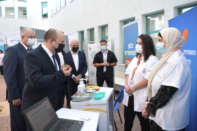 ראש הממשלה נפתלי בנט בביקור במתחם חיסונים בטייבה (צילום: קובי גדעון, לע''מ)