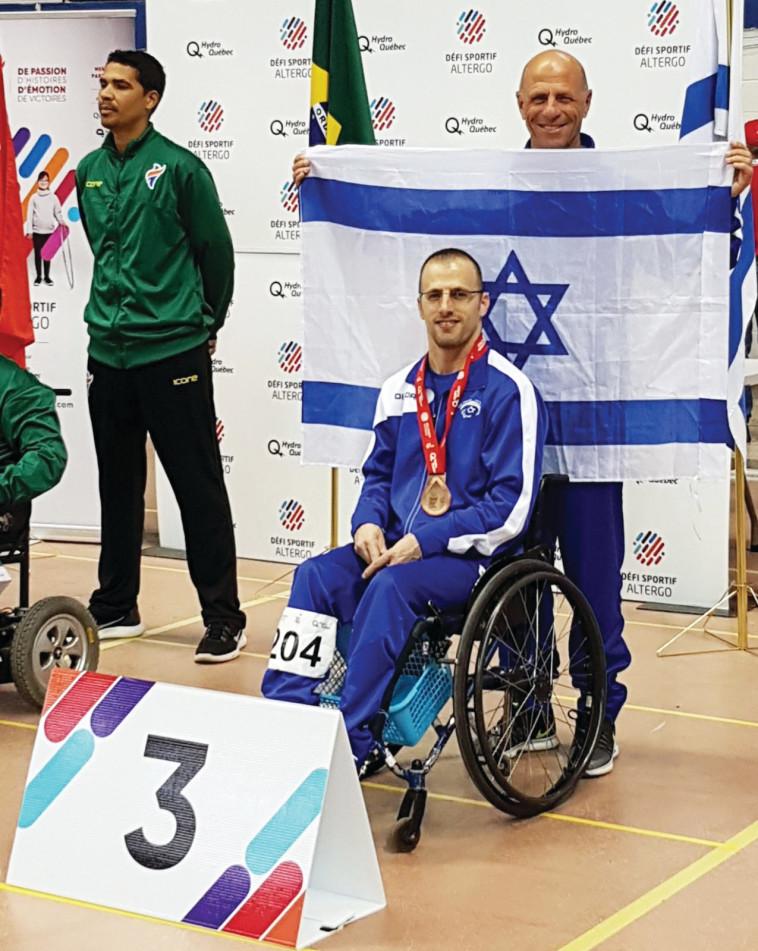 נדב לוי עם מדליית הארד באליפות העולם במונטריאול 2018 (צילום: הוועד האולימפי בישראל)