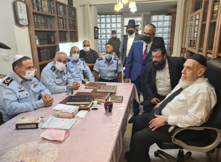 מפכ''ל המשטרה אצל הרב שלום כהן  (צילום: דוברות המשטרה)