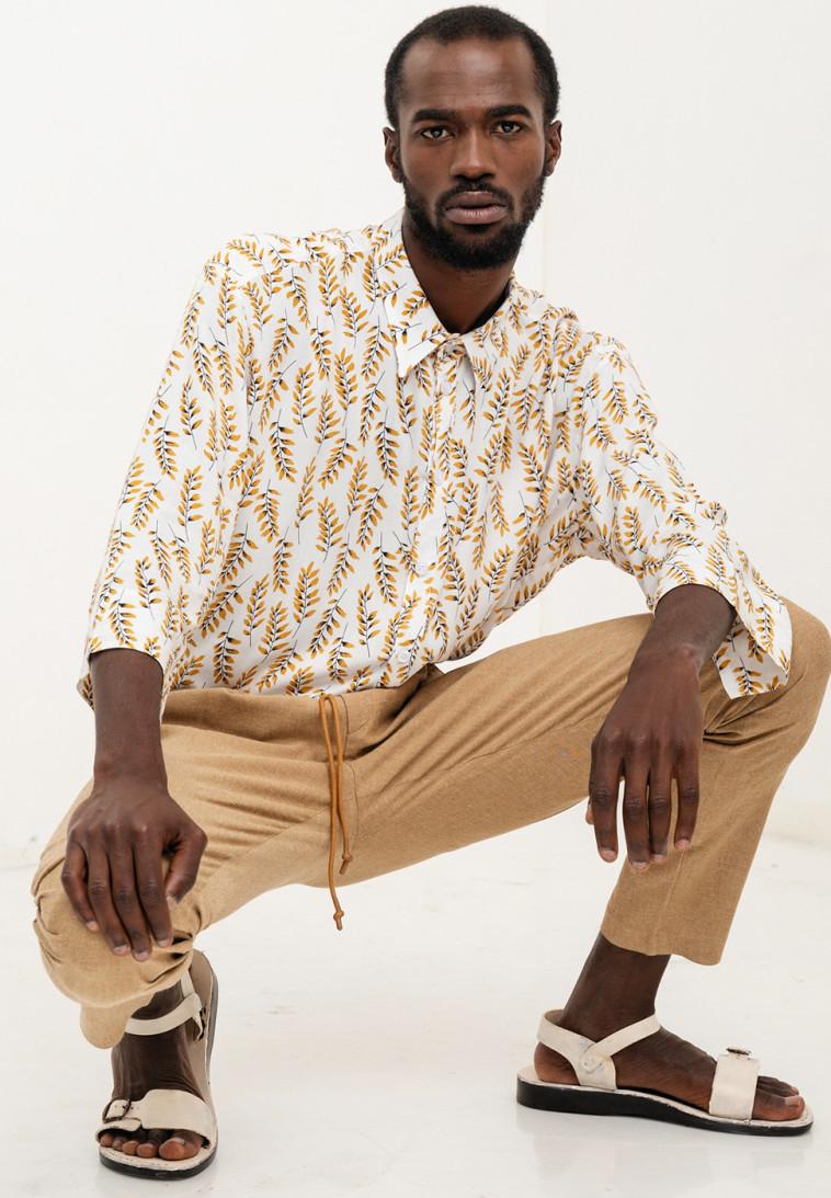דורון אשכנזי. חולצה: 360 שקלים. מכנסיים: 580 שקל (צילום: גלעד בר שלו)