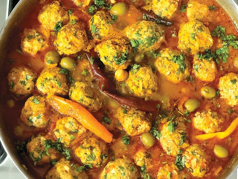 תבשיל כדורי דגים, זיתים וגרגירי חומוס ברוטב (צילום: פסקל פרץ-רובין)
