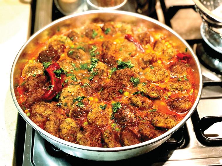כדורי בשר ברוטב עגבניות ואפונה פיקנטי (צילום: פסקל פרץ-רובין)