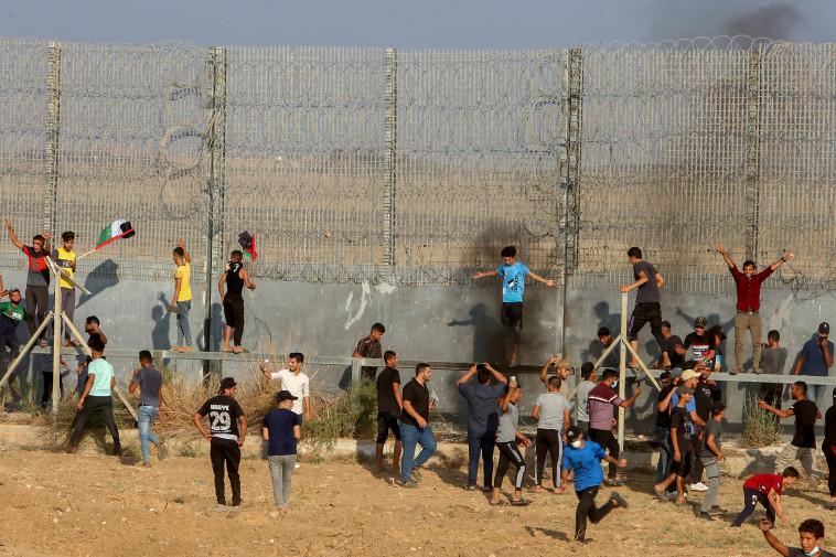 מפגינים פלסטינים ברצועת עזה (צילום: אעבד ראים קביט פלאש 90)