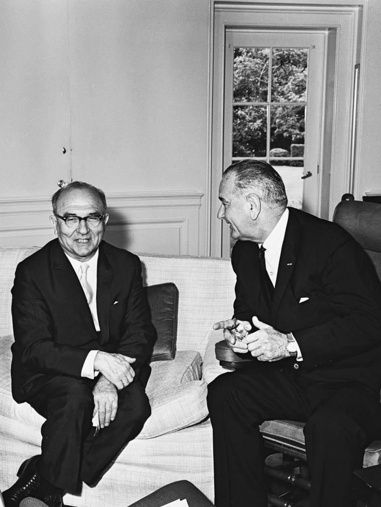 El primer ministro Levy Eshkol se reúne con el presidente Johnson (Foto: Moshe Frieden, GPO)