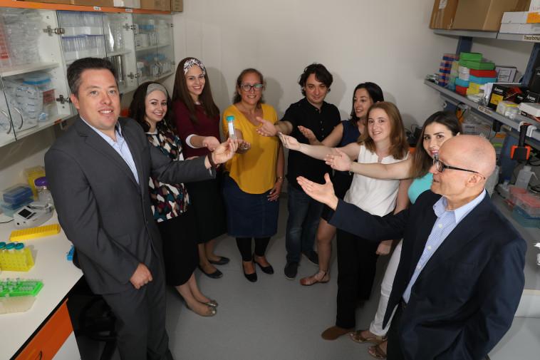 הצוות המדעי של בטאלין והמנכל מחזיקים את הלבלב הביולוגי  (צילום: יחצ)