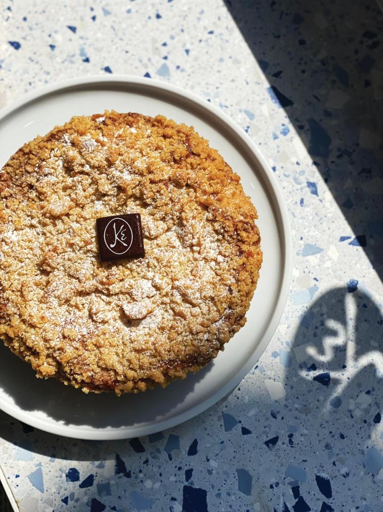 עוגת תפוחים מושקים בקלבדוס וקימון מבית מייזון קייזר (צילום: באדיבות מייזון קייזר)