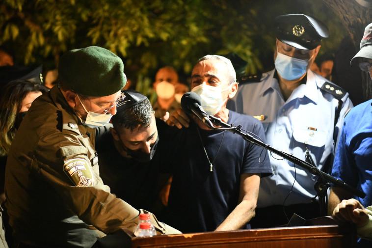 אביו של בראל חדריה שמואלי בהלווייתו (צילום: דוברות המשטרה)