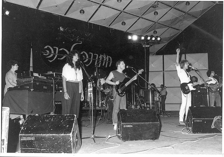 שלום חנוך עם דפנה ארמוני במופע ''חתונה לבנה'', 1981 (צילום: יעקב מזל טוב)