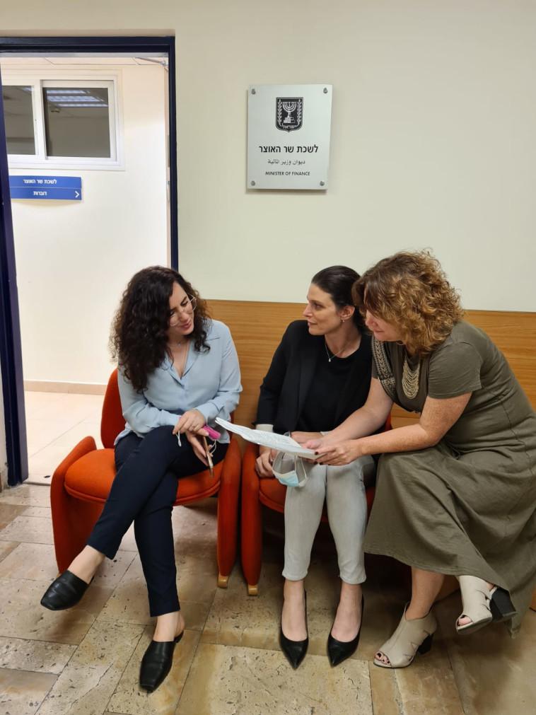 חברות הכנסת רייטן, לזימי ורוזין נערכות לפגישה עם שר האוצר ליברמן (צילום: ללא קרדיט)
