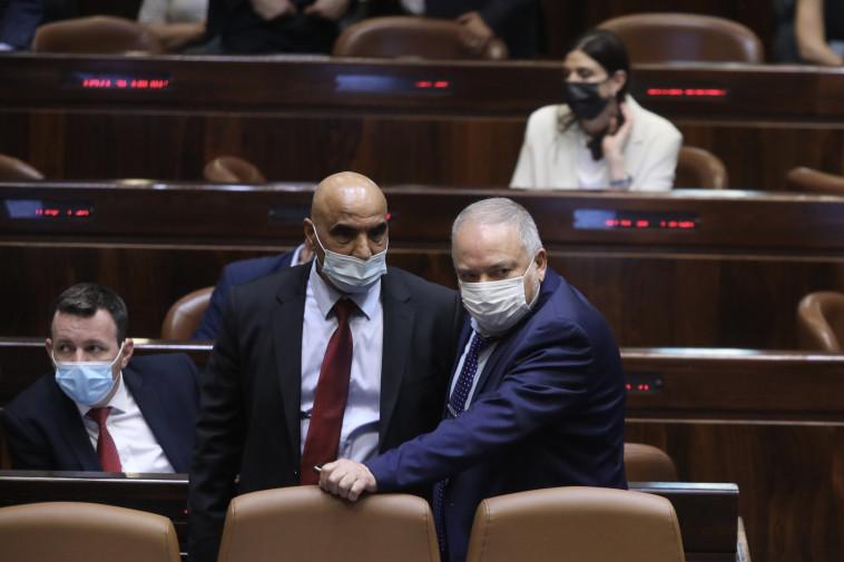 אביגדור ליברמן וחמד עמאר בדיוני התקציב במליאת הכנסת (צילום: מרק ישראל סלם)