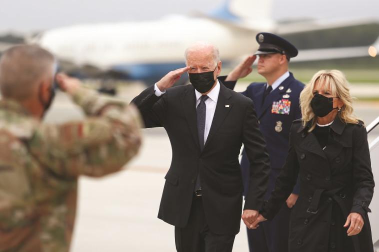 ביידן מקבל את פני חיילי ארה''ב לאחר הפיגוע באפגניסטן (צילום: רויטרס)