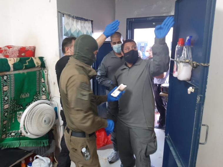 חקירת האירוע בכלא גלבוע (צילום: דוברות שב''ס)