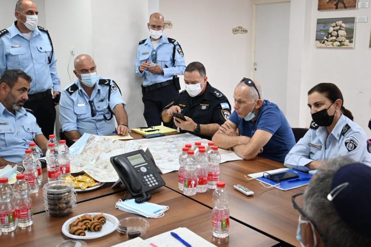 עמר בר לב בהערכת מצב בחפ״ק הימלטות האסירים האחוד סמוך לכלא גלבוע (צילום: ללא קרדיט)